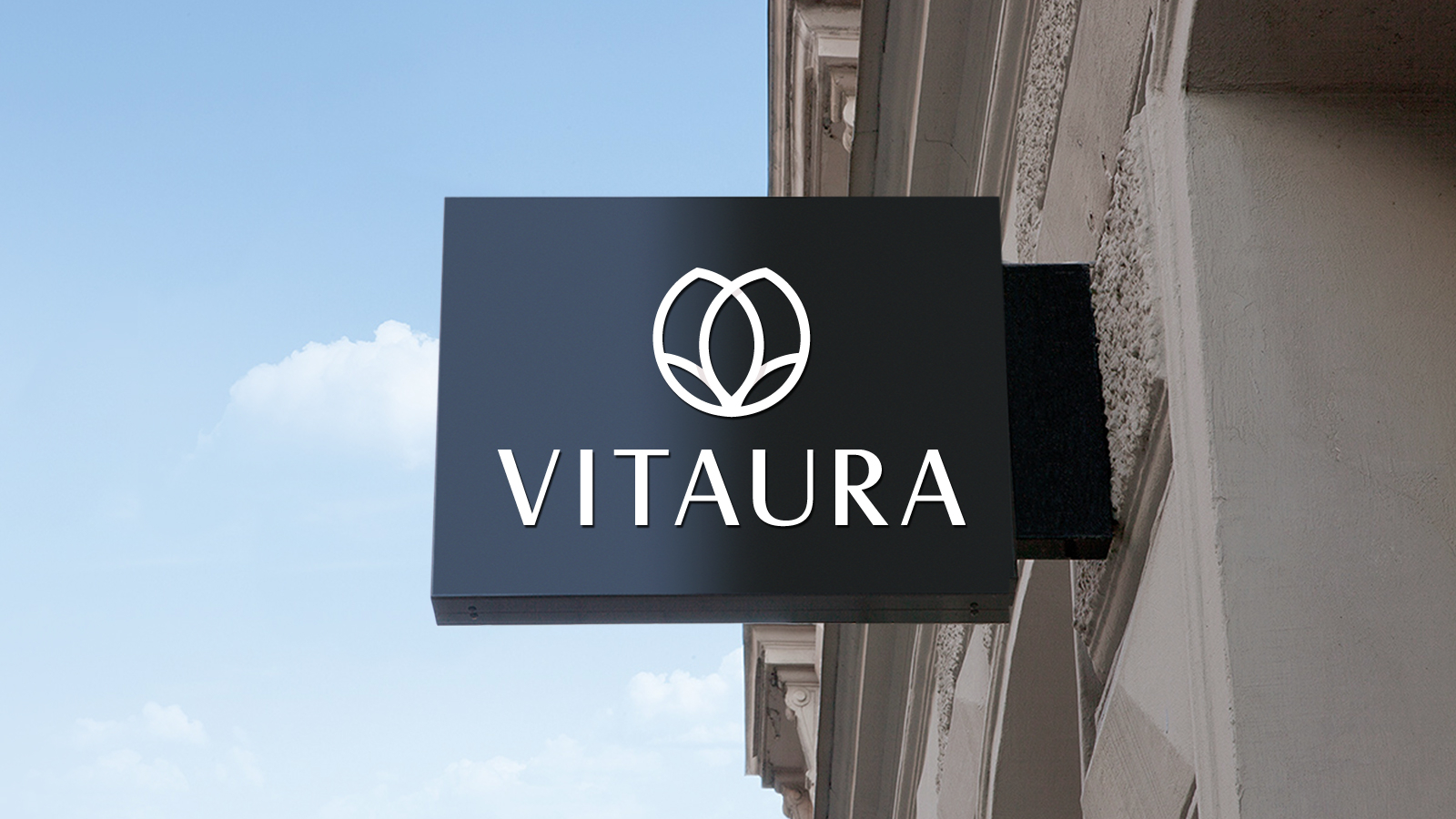 Лаконичный дизайн логотипа клиники Vitaura отлично работает в городской среде.